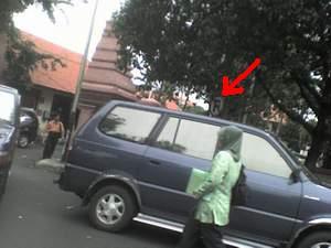 parkir-mobil-depan-depdiknas